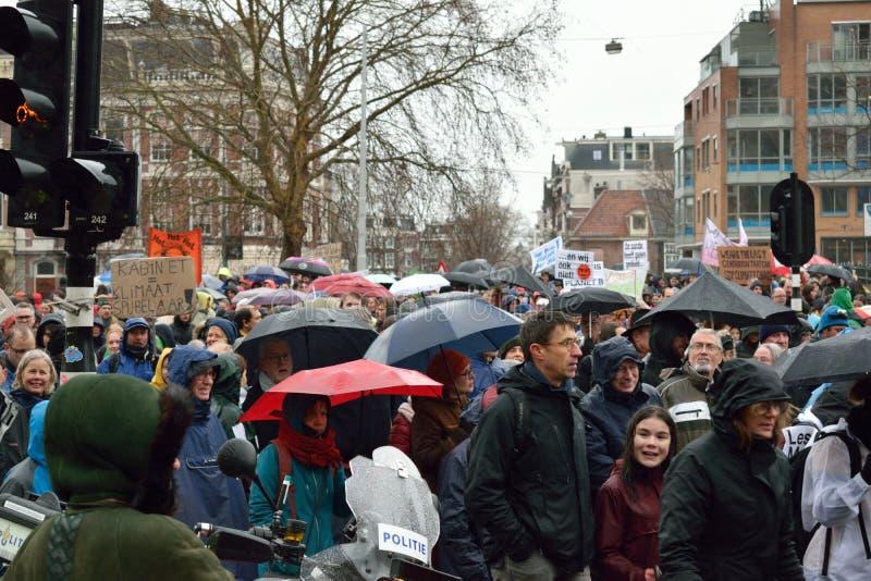 Demonstrationer marscherar för starkare klimatförändringpolitik i Nederländerna arkivfoton