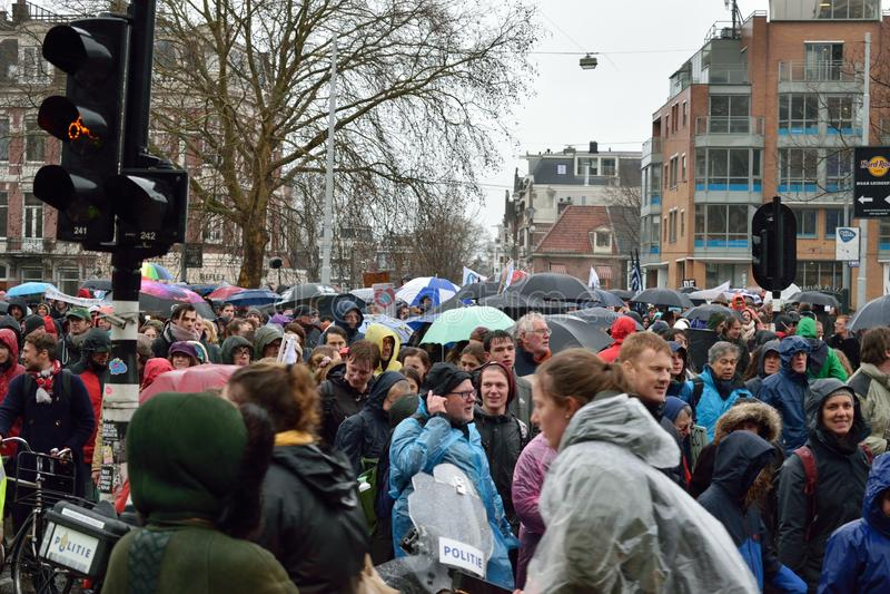 Demonstrationer marscherar för starkare klimatförändringpolitik i Nederländerna arkivbilder