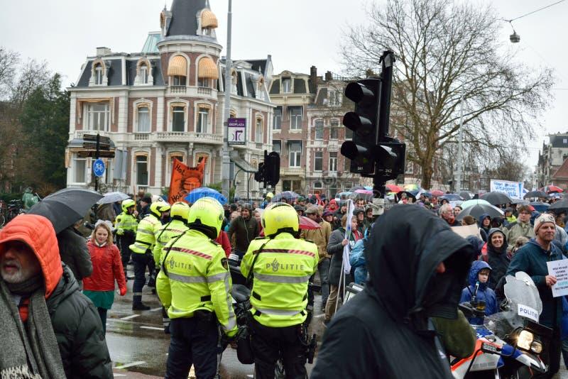 Demonstrationer marscherar för starkare klimatförändringpolitik i Nederländerna royaltyfri foto