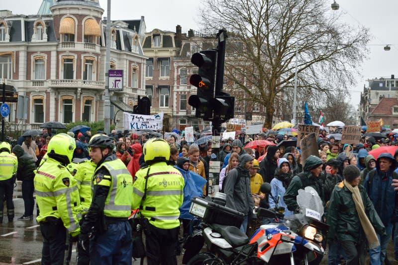 Demonstrationer marscherar för starkare klimatförändringpolitik i Nederländerna royaltyfria foton