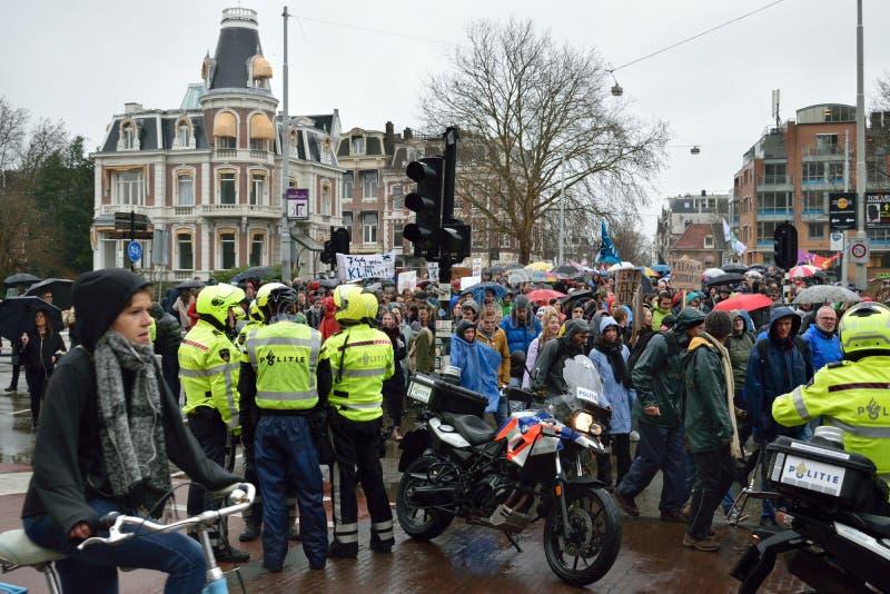 Demonstrationer marscherar för starkare klimatförändringpolitik i Nederländerna royaltyfri fotografi
