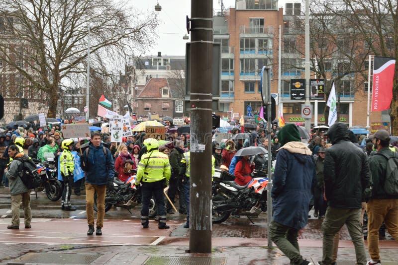 Demonstrationer marscherar för starkare klimatförändringpolitik i Nederländerna royaltyfri bild