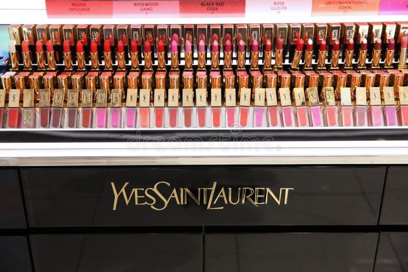 Demonstreer een winkel met diverse Yves Saint Laurent-lippenstiften Mosc stock foto