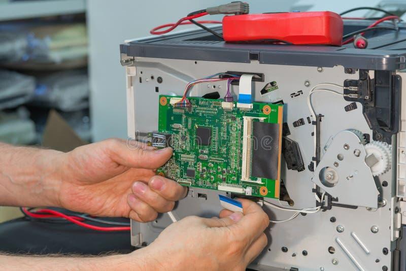 Demontaż drukarka laserowa dla naprawy obraz stock