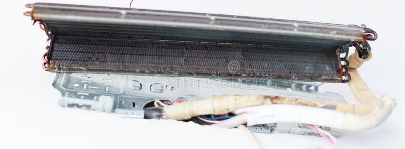 Demonteer en maak Airconditionerdelen door de hoge drukwater of lucht van schoon pijp of vacuüm Apparatenonderhoud, Gezondheidszo stock foto
