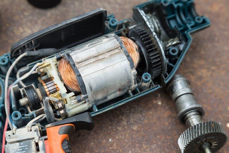 Demontera elektrisk drillborr på rostad bakgrund royaltyfri foto