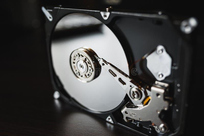 Demontera hårddisk från datoren (hdd) med spegeleffekter Del av datoren (PC, bärbara datorn) arkivfoton