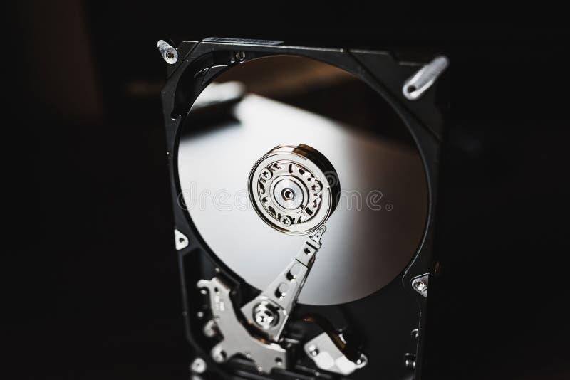 Demontera hårddisk från datoren (hdd) med spegeleffekter Del av datoren (PC, bärbara datorn) arkivbild