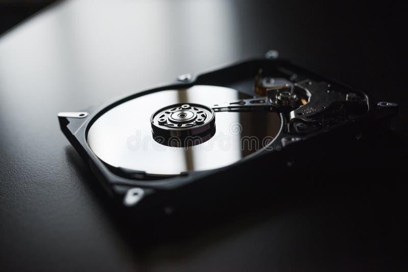 Demontera hårddisk från datoren (hdd) med spegeleffekter Del av datoren (PC, bärbara datorn) royaltyfria foton