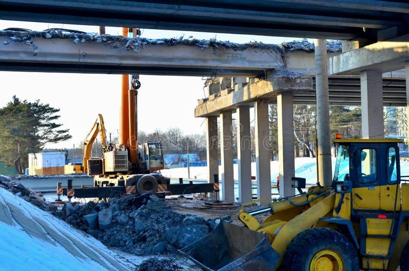 Demontera, kollapsad nöd- bro av huvudvägen Riskzon på konstruktionsplatsen Konstruktion arkivbilder