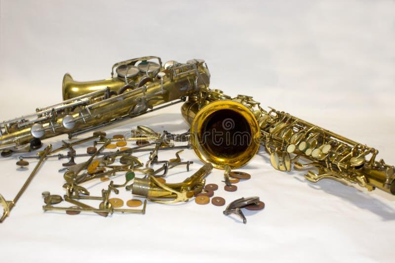 Demontera saxofon med detaljer och block royaltyfria foton