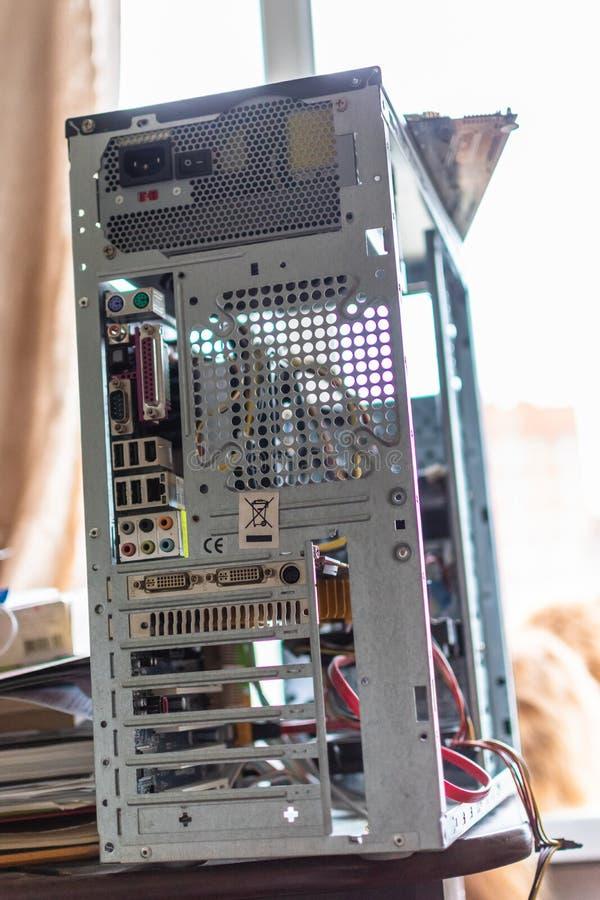 Demontera systemenheten av en skrivbords- persondator arkivfoto