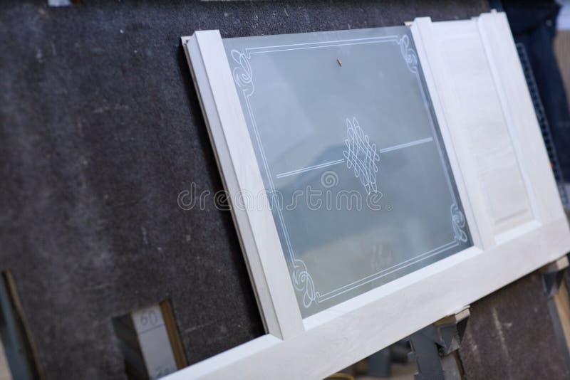 Demontera vit dörr med exponeringsglas i produktion arkivfoto