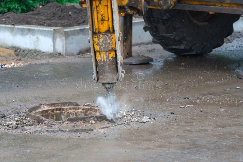 Demontering av konkret trottoar för asfalt med den pneumatiska tryckluftsborren under vägarbeten arkivbild