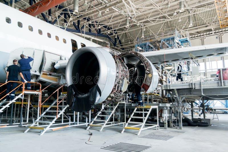 Demontujący samolot dla naprawy i modernizaci w dżetowym hangarze obrazy royalty free