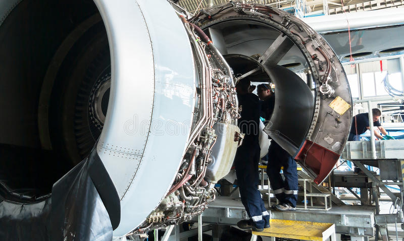 Demontujący samolot dla naprawy i modernizaci w dżetowym hangarze zdjęcia stock