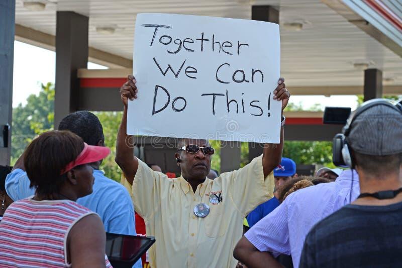 Demosntrators si riunisce a Ferguson, Missouri immagini stock