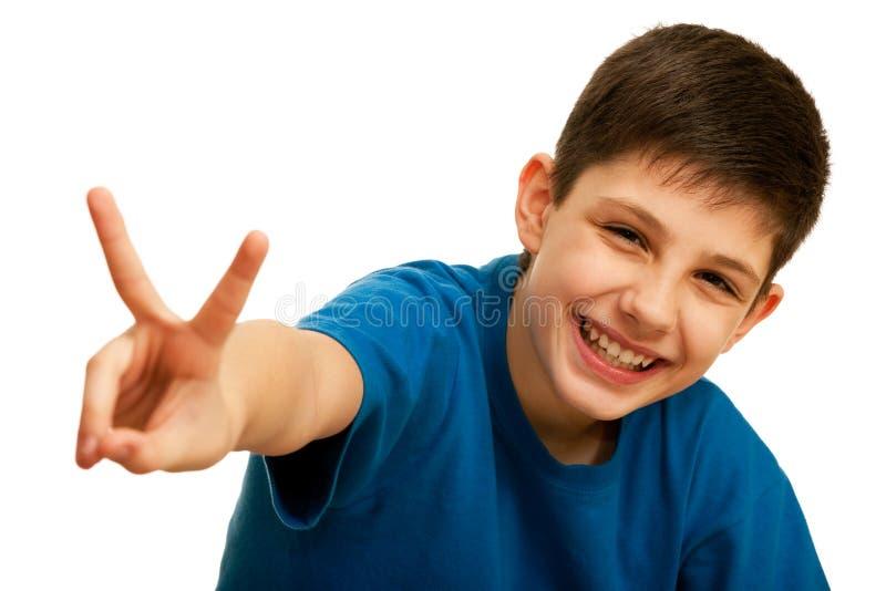 Demostración adolescente hermosa feliz una muestra de la victoria imagenes de archivo
