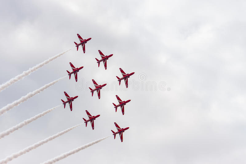 Download Demostración Aeroacrobacia Del Vuelo De La Flecha Roja En Tallinn, Estonia Imagen de archivo editorial - Imagen de aviate, jets: 41920209