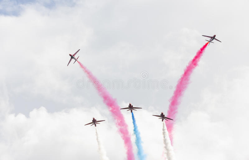 Download Demostración Aeroacrobacia Del Vuelo De La Flecha Roja En Tallinn, Estonia Foto de archivo editorial - Imagen de aire, funcionamiento: 41920693