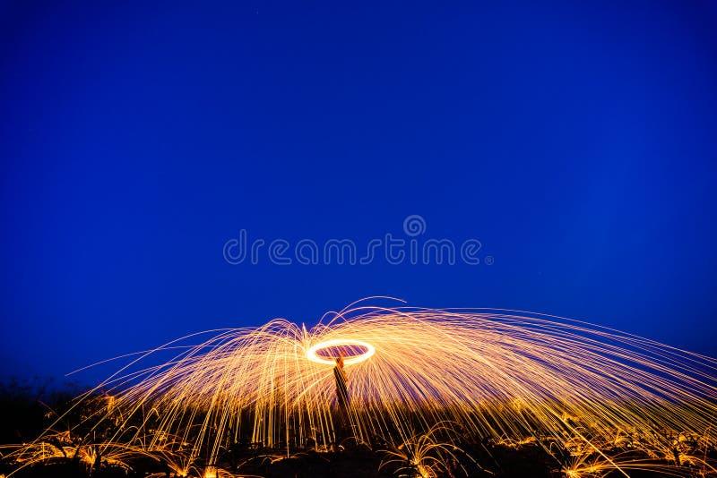 Demostración asombrosa del fuego en la noche en el festival o el banquete de boda Fuego DA fotografía de archivo libre de regalías