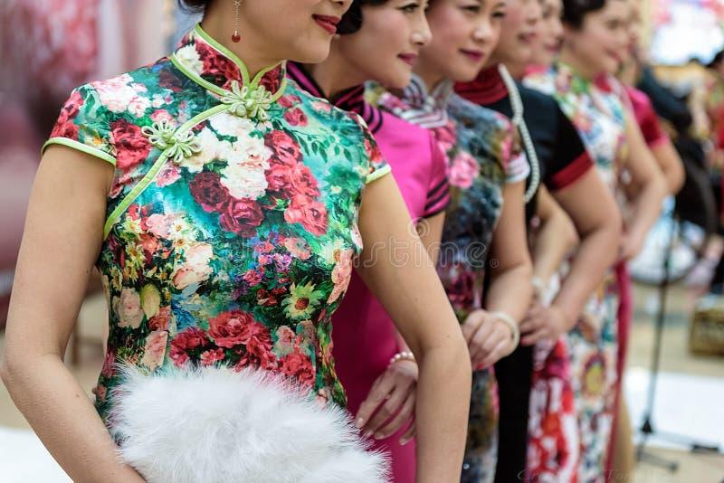Demostración china del cheongsam imagenes de archivo