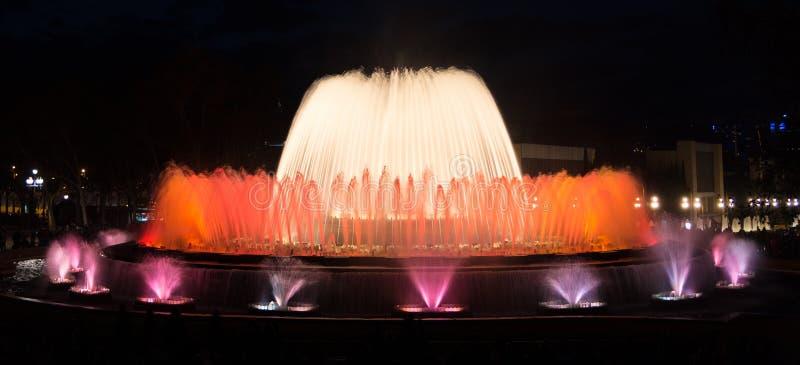 Demostración colorida en Barcelona, escena de la fuente de Montjuic de la noche fotografía de archivo