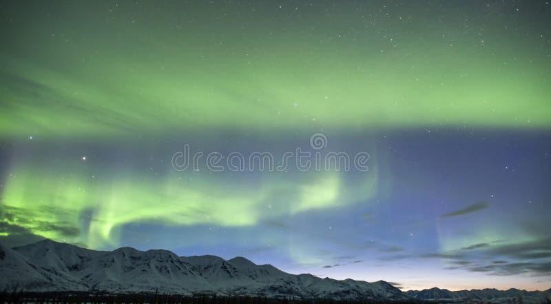 Demostración crepuscular de Alaska de la aurora boreal foto de archivo libre de regalías
