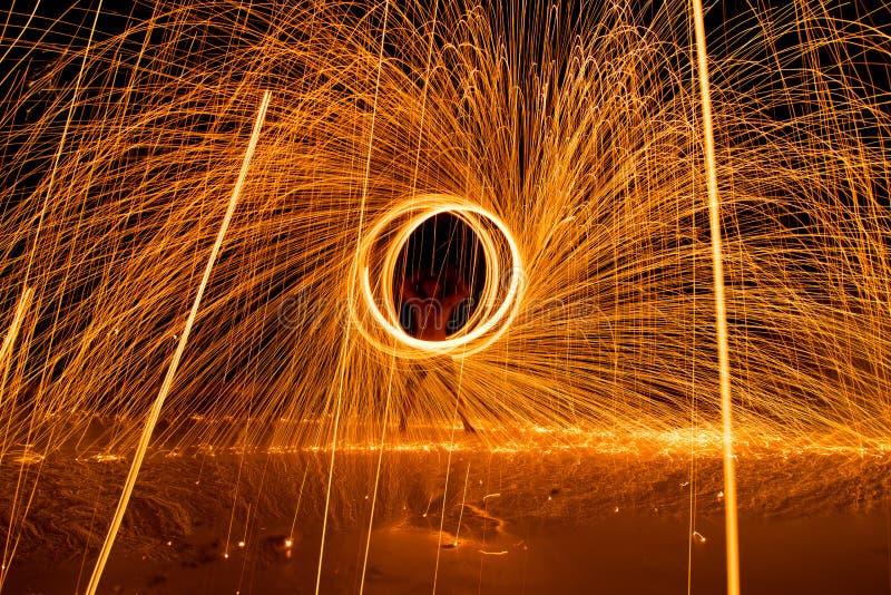 demostración dacing del fuego del oscilación del hombre en la playa fotos de archivo libres de regalías