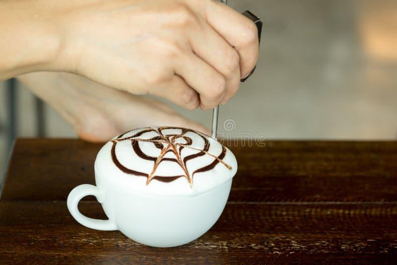 Demostración de Barista cómo hacer arte del latte imagen de archivo libre de regalías