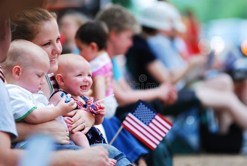 Demostración de la bandera americana en la 4ta del desfile de julio foto de archivo libre de regalías