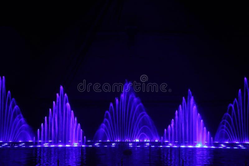 Demostración de la fuente de agua del baile foto de archivo libre de regalías
