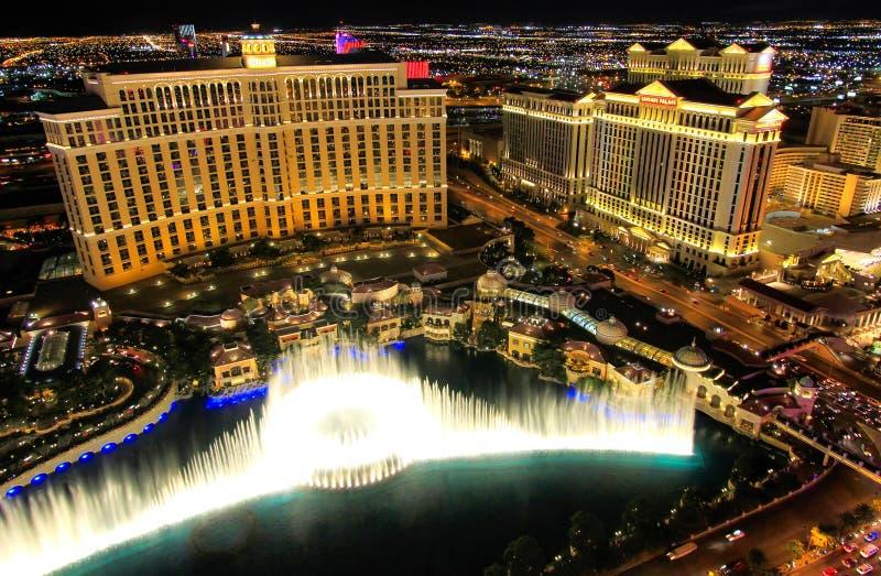 Demostración de la fuente en el hotel y el casino de Bellagio en la noche, Las Vegas, imagen de archivo libre de regalías