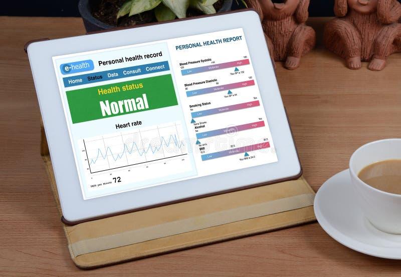 demostración de la información de la E-salud en la tableta fotografía de archivo libre de regalías