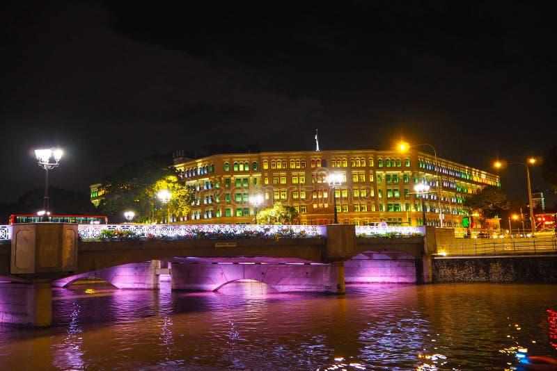 Demostración de la luz de Coleman Bridge en la noche en Singapur imagen de archivo