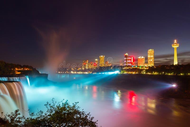 Demostración de la luz de Niagara Falls en la noche, los E.E.U.U. imagen de archivo