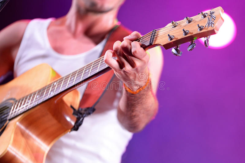 Demostración de la música en directo de Moda del La (banda) en el festival de Bime imagenes de archivo
