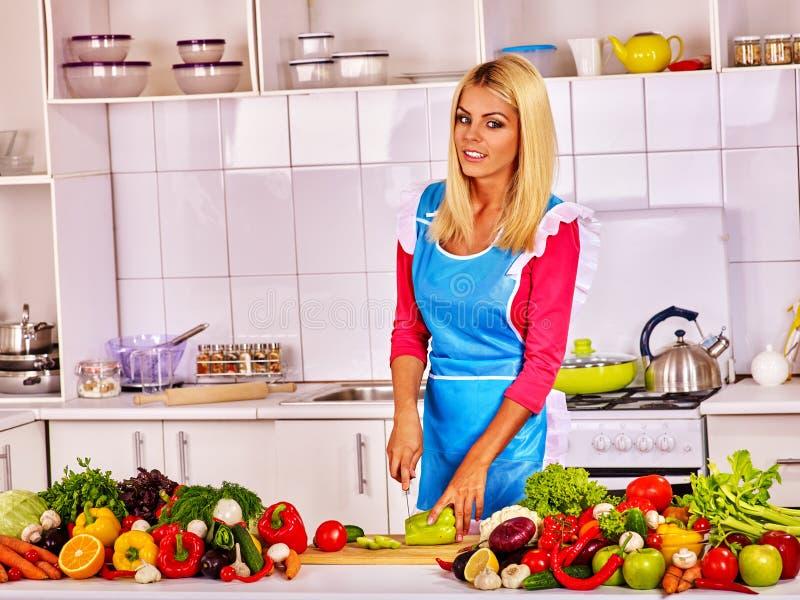 Demostración De La Mujer Cómo Cocina La Verdura En La Cocina Imagen ...