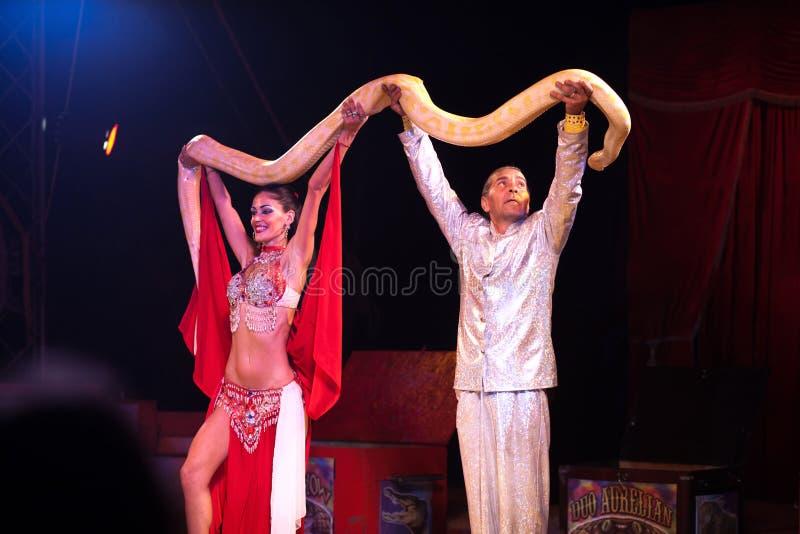 Demostración de la serpiente en circo imagenes de archivo
