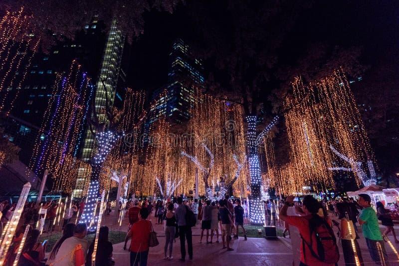 Demostración de las luces y de los sonidos de la Navidad de los jardines del triángulo de Ayala imagenes de archivo