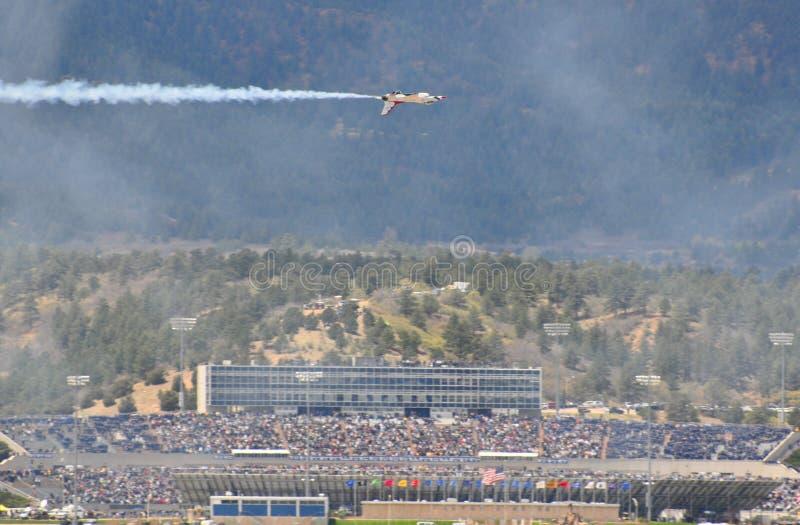 Demostración de los Thunderbirds en la graduación de la fuerza aérea de los E.E.U.U.