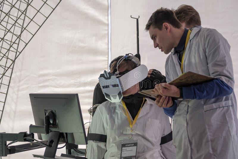 Demostración de novedades en el hardware de la realidad virtual fotografía de archivo libre de regalías