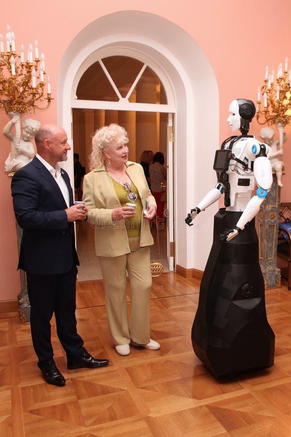 Demostración de robots La gente comunica con el robot en el th foto de archivo