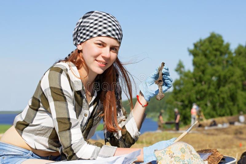 Demostración del arqueólogo de la muchacha el hallazgo foto de archivo libre de regalías