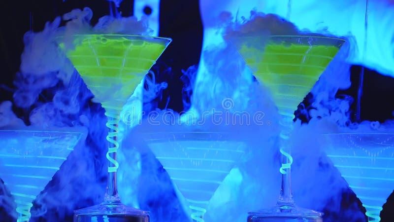 Demostración del camarero El camarero vierte los cócteles alcohólicos Cierre para arriba foto de archivo