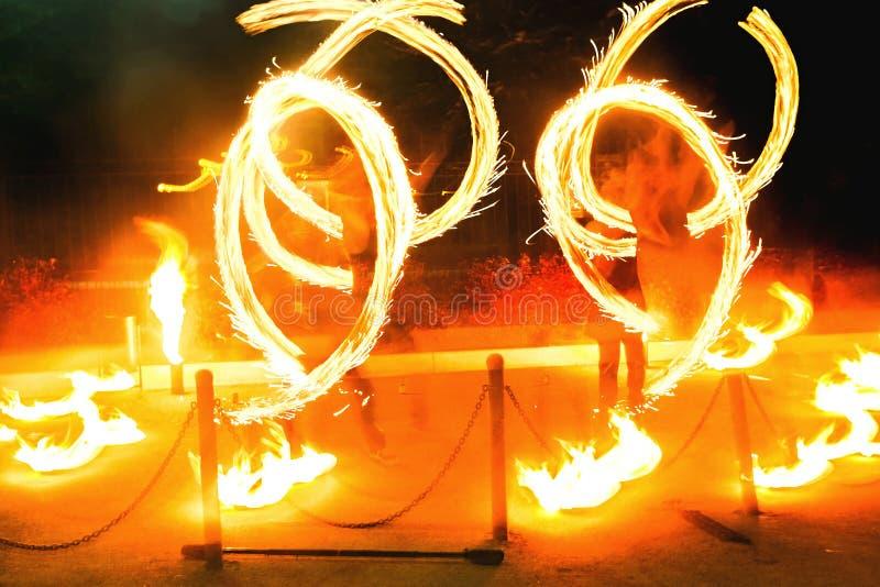 Demostración del fuego, antorchas el flamear que hacen juegos malabares fotografía de archivo libre de regalías