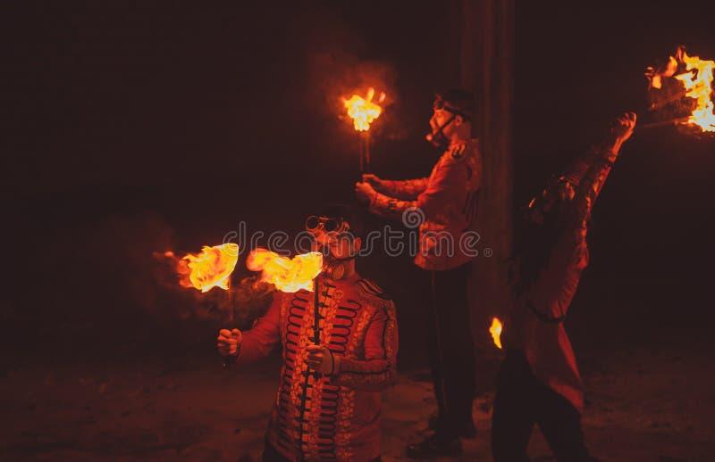 Demostración del fuego de la belleza en la oscuridad fotografía de archivo libre de regalías