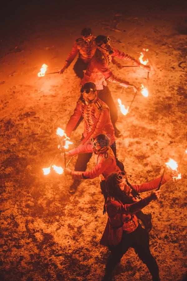 Demostración del fuego de la belleza en la oscuridad fotos de archivo