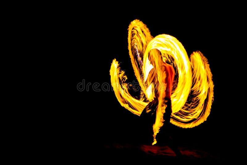 Demostración del fuego del kung-fu en noche de la oscuridad en la playa fotos de archivo