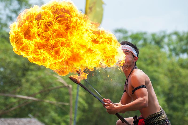 Demostración del fuego en el mercado flotante Klong Sa Bua, provincia de Ayutthaya foto de archivo